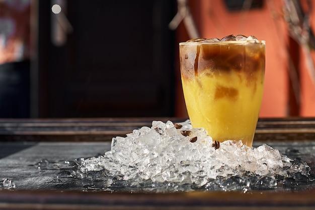 Cocktail de laranja e café com espaço para seu texto Foto Premium