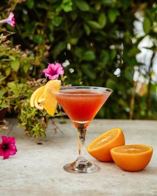 Cocktail de laranja em cima da mesa Foto gratuita