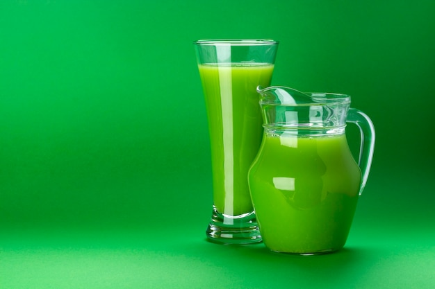 Cocktail de maçã e aipo fresco isolado no verde, com espaço de cópia de texto Foto Premium