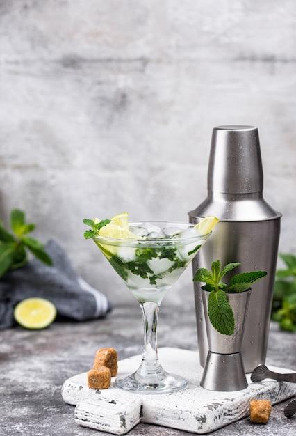 Cocktail de martini com limão e hortelã Foto Premium