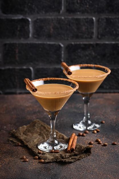 Cocktail de martini de chocolate ou licor de creme irlandês Foto Premium