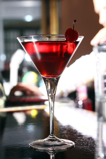 Cocktail de martini rosa em um bar Foto gratuita
