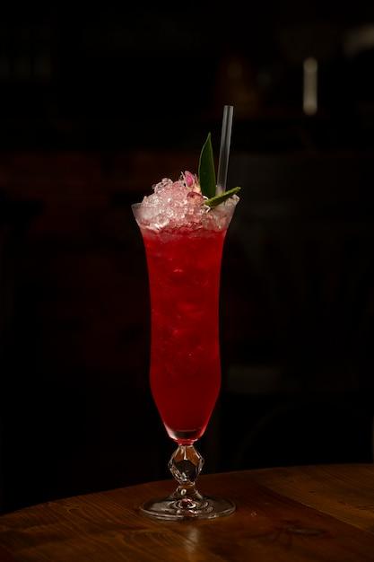 Cocktail de melancia com gelo na mesa Foto gratuita