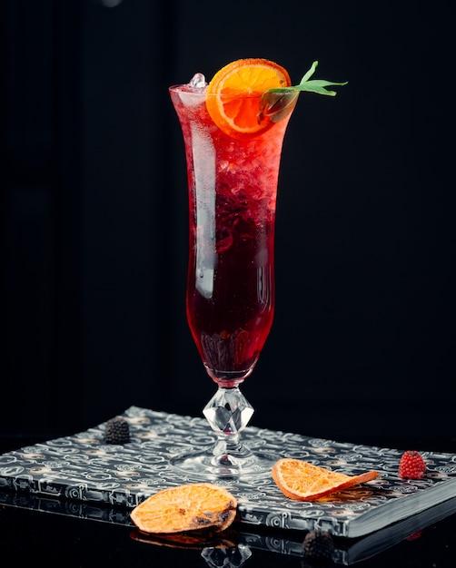 Cocktail de melancia em cima da mesa Foto gratuita