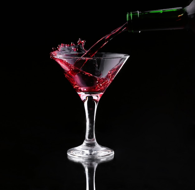 Cocktail de salpicos vermelho no preto Foto Premium