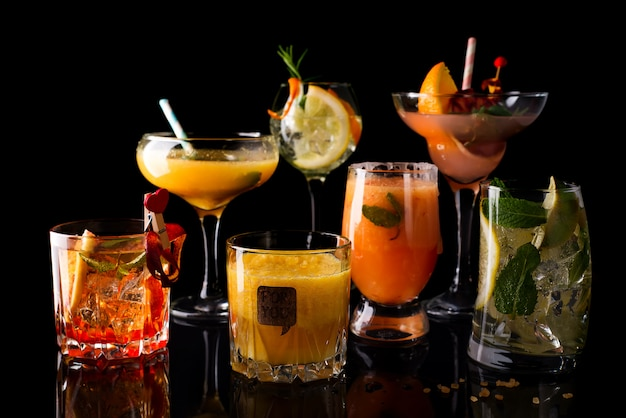 Cocktail de uísque-cola, coquetel de mojito, coquetel de laranja, coquetel de morango em copos de vidro Foto Premium