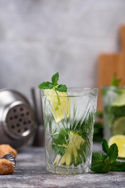 Cocktail de verão com limão e hortelã Foto Premium