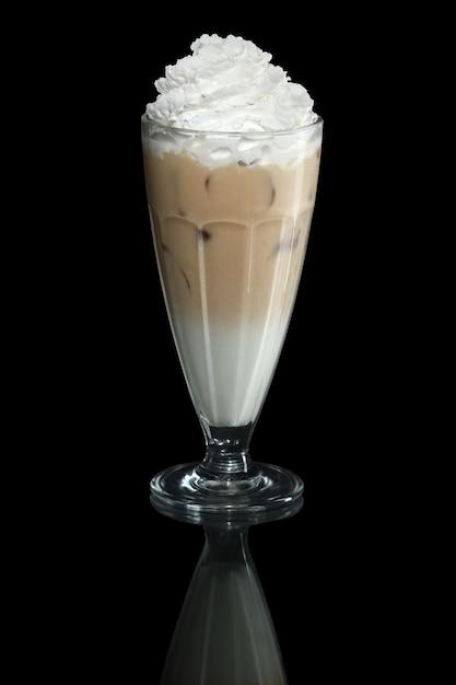 Cocktail de verão de cappuccino batido isolado em preto Foto Premium