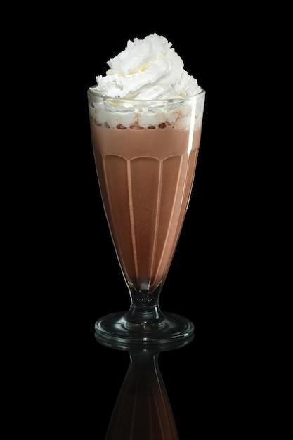 Cocktail de verão de chocolate batido isolado em preto Foto Premium