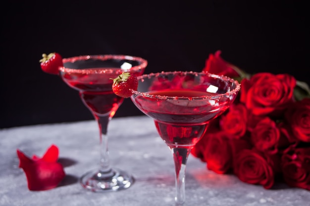 Cocktail exótico alcoólico vermelho em copos claros Foto Premium