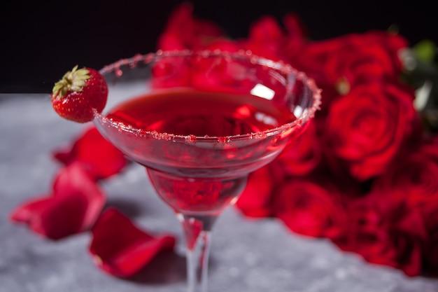 Cocktail exótico alcoólico vermelho em vidro transparente Foto Premium