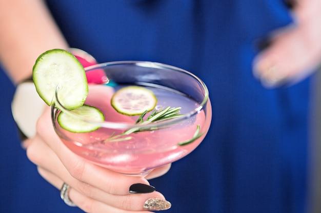 Cocktail exótico e mãos femininas Foto gratuita