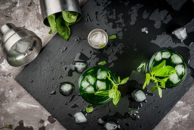 Cocktail ou licor de manjericão Foto Premium