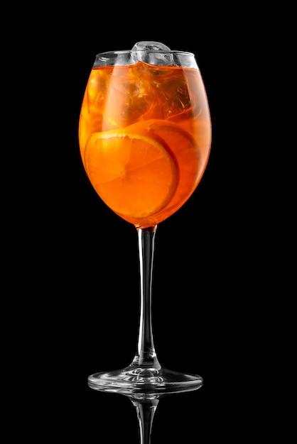 Cocktail preto fundo menu restaurante bar vodka wiskey tônico laranja aperol spritz prós Foto Premium