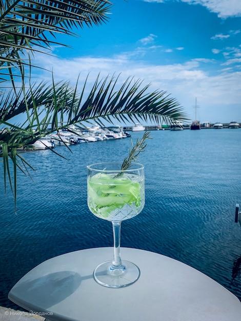 Cocktail refrescante com limão com o mar Foto gratuita