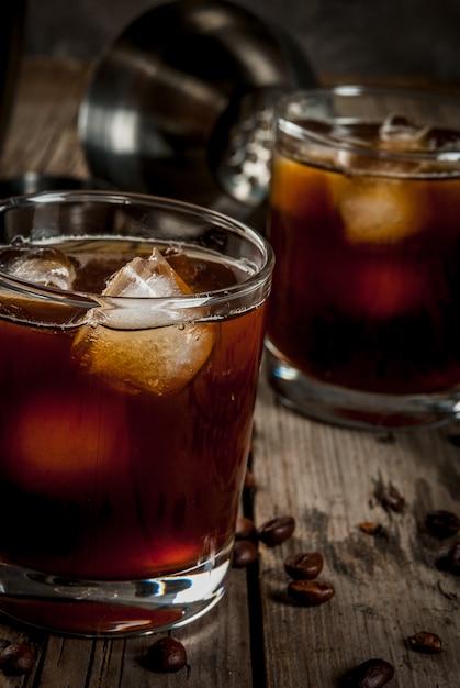 Cocktail russo preto com vodka e licor de café Foto Premium