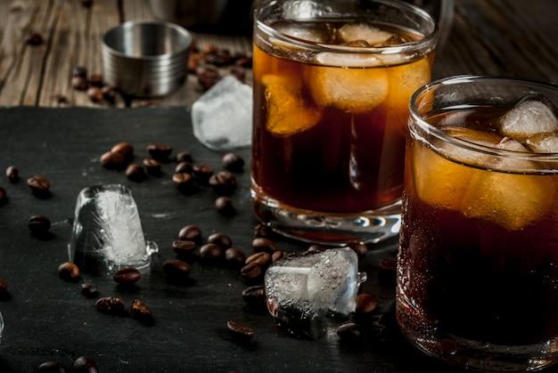 Cocktail russo russo embriagado com vodka e licor de café na mesa de madeira rústica Foto Premium
