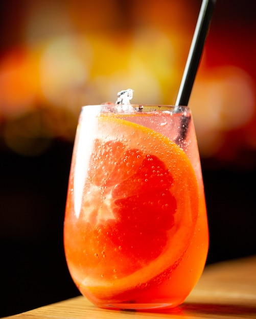 Cocktail tropical com sabor a toranja Foto gratuita