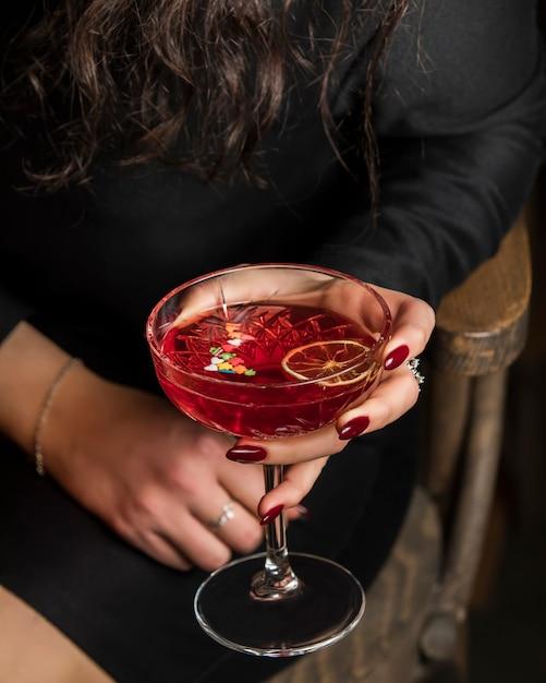 Cocktail vermelho com fatia de limão Foto gratuita
