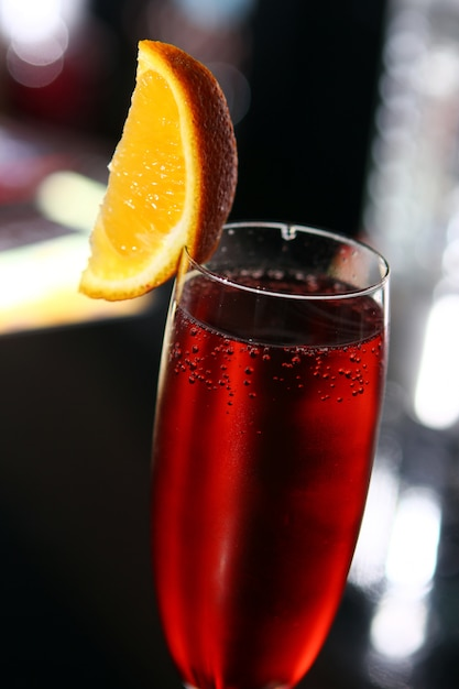 Cocktail vermelho em uma taça de champanhe Foto gratuita