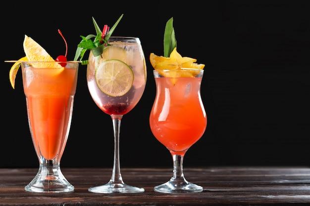 Cocktails alcoólicos e não alcoólicos na mesa de madeira. bebidas frias de verão Foto Premium