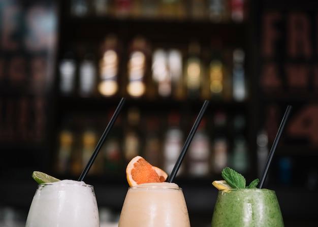 Cocktails com palha Foto gratuita