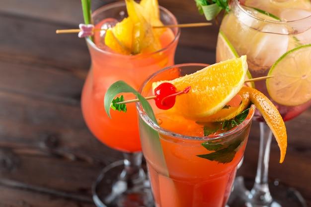 Cocktails multicoloridos no bar close-up tiro Foto Premium
