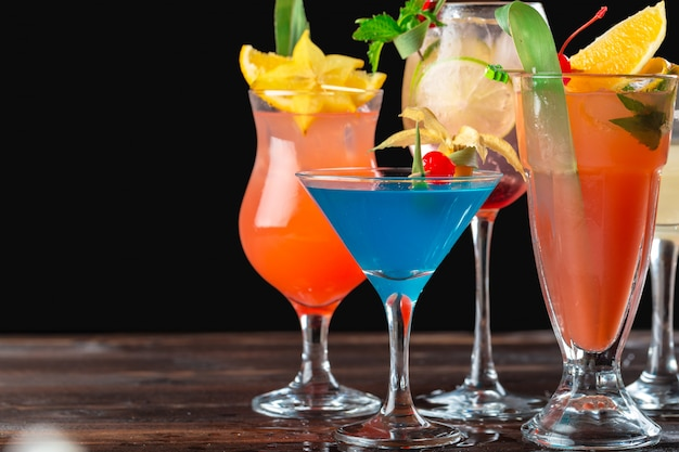 Cocktails multicoloridos no bar Foto Premium