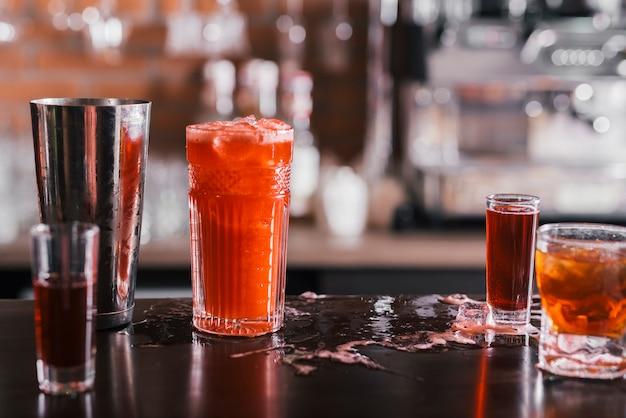 Cocktials diferentes em um bar Foto gratuita