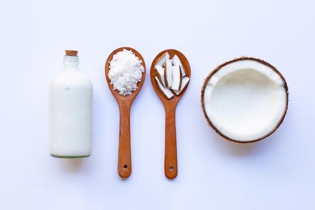 Coco com leite de coco no branco Foto Premium
