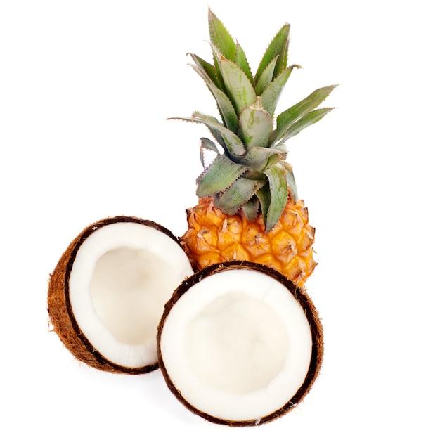 Coco e abacaxi isolado no branco Foto Premium