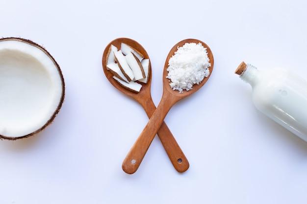Coco e leite de coco no fundo branco. Foto Premium