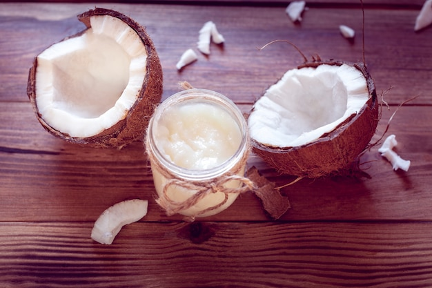 Coco e óleo de coco em uma garrafa Foto Premium