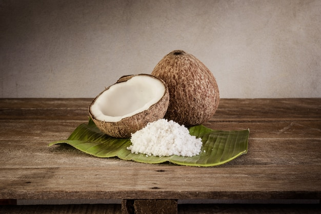 Cocos e flocos de coco na folha de bananeira Foto Premium