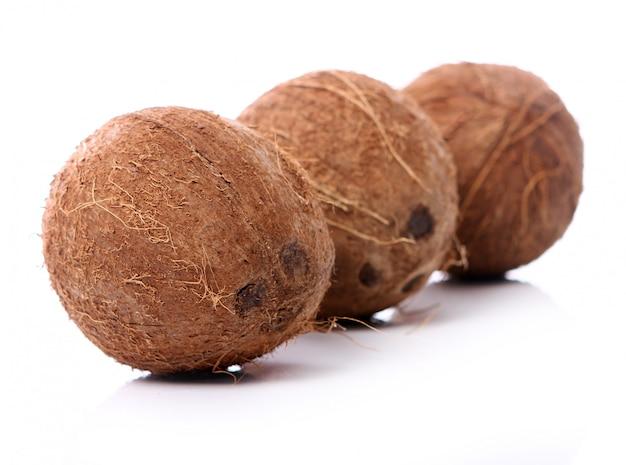 Cocos frescos na superfície branca Foto gratuita
