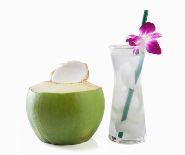 Cocos verdes com canudo isolado Foto Premium