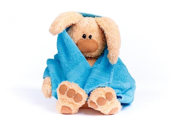 Coelhinho de pelúcia macia em uma toalha azul Foto Premium