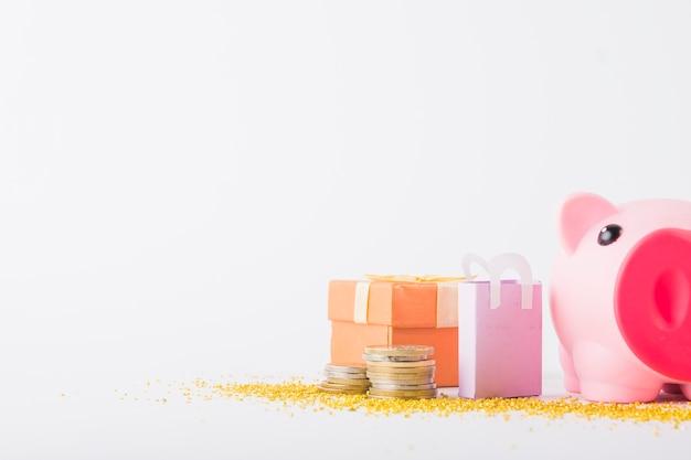 Cofrinho com moedas na mesa Foto gratuita