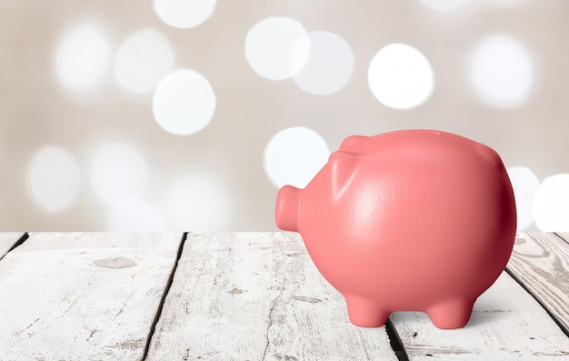 Cofrinho rosa em uma tabela Foto Premium