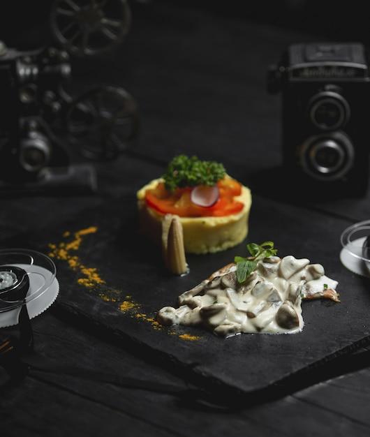 Cogumelo cremoso refogado com arroz e salada Foto gratuita