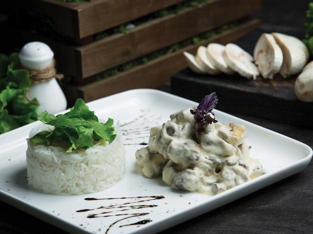 Cogumelo de cozinha francês refogado em molho de natas com arroz Foto gratuita