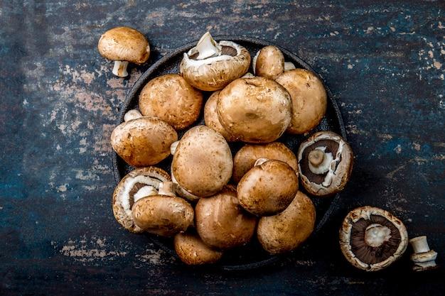 Cogumelo de portobello na chapa preta. vista superior escura Foto Premium