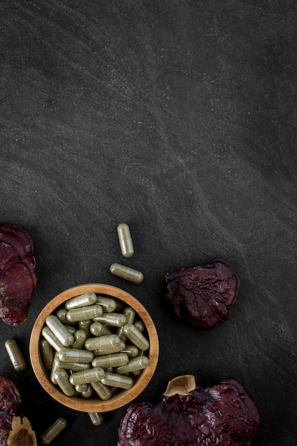 Cogumelo lingzhi em fundo preto de pedra Foto Premium