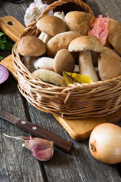 Cogumelos brancos frescos da floresta na cesta para cozinhar. Foto Premium