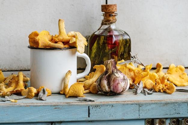 Cogumelos chanterelles crus não cozinhados Foto Premium