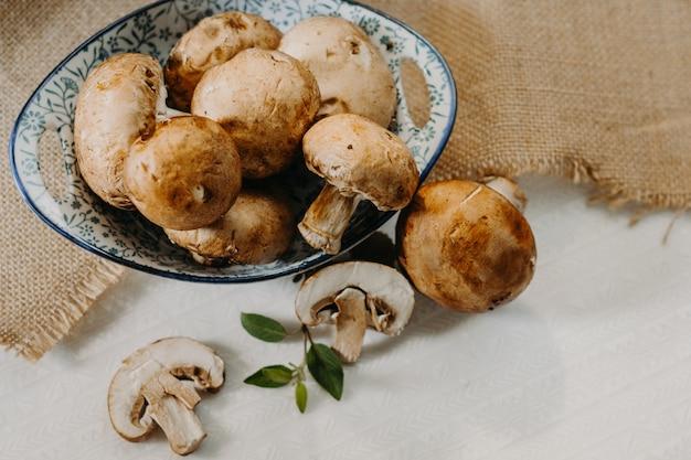 Cogumelos cremini alimentos orgânicos e saudáveis Foto Premium