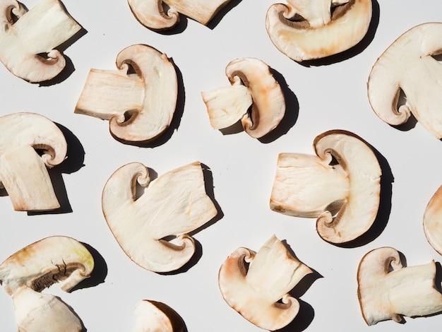 Cogumelos fatiados saborosos em um fundo branco Foto gratuita