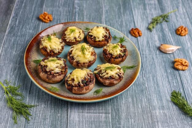 Cogumelos recheados assados caseiros champignon com endro fresco e queijo Foto gratuita