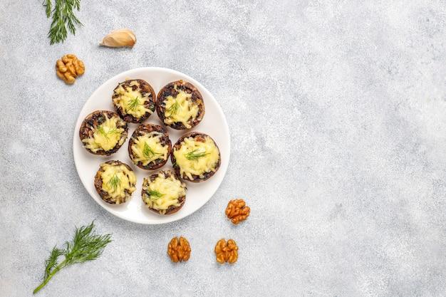 Cogumelos recheados cozidos caseiros champignon com endro fresco e queijo Foto gratuita