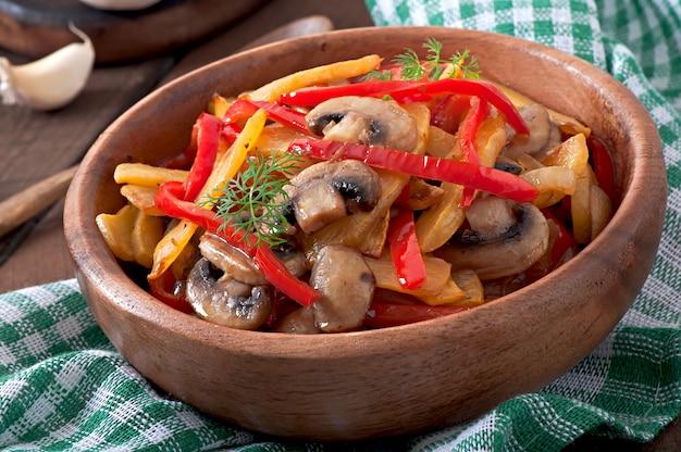 Cogumelos salteados com abóbora e pimentão Foto gratuita